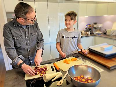 Gemeinsam Kochen stärkt die Familienbande.